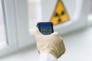 ingeris-consulting-etude-mesure-radioprotection-main-tient-appareil-mesure