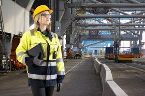 femme tenue sécurité sur un chantier